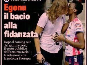 Il bacio di Paola Egonu alla fidanzata sulla prima pagina della Gazzetta (immagine Rubin)