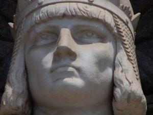 La statua di Federico II di Svevia presso il Palazzo Reale di Napoli.