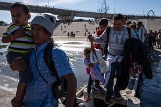 """Gli USA non vaccineranno più i bambini migranti dal Messico. I medici: """"In molti moriranno"""""""