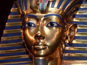 La maschera funeraria del faraone Tutankhamon (Museo Egizio del Cairo).