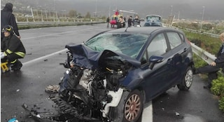 Scontro frontale tra due auto nel Reggino durante un temporale: due feriti, uno di loro è grave