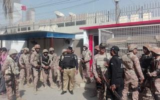 Pakistan: bomba in un mercato, almeno 25 morti e una trentina di feriti
