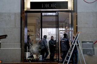 """Parigi, Dior denuncia: """"Furto da 500mila euro durante le proteste dei gilet gialli"""""""