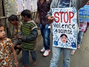 Una protesta per chiedere la fine della violenza sulle bambine in India (Gettyimages)