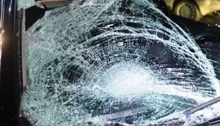 Paura in A14, masso si stacca dal ponte e sfonda il parabrezza di un'auto: un ferito