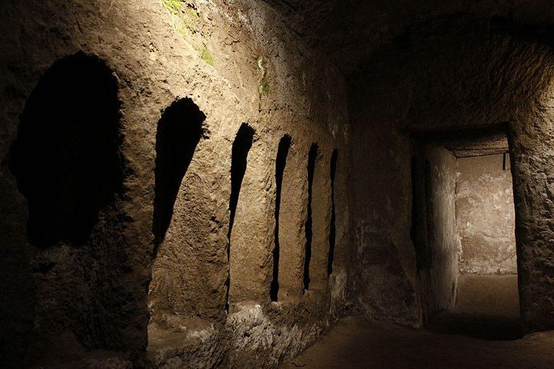 """Gli """"scolatoi"""" dove i cadaveri venivano trattati prima di essere seppelliti nelle catacombe."""