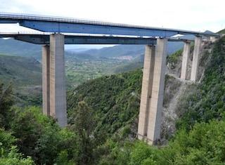 """Viadotti a rischio crollo, riapre una corsia dell'A26: Genova nel caos. Toti: """"Siamo in guerra"""""""