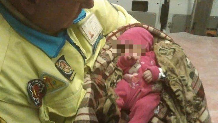 La figlia di Aster tra le braccia di un volontario di Misericordia Modica (Misericordia Modica)