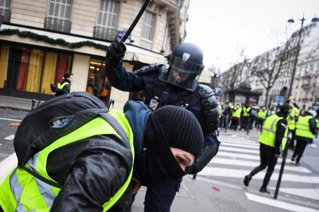 Gilet gialli, lacrimogeni durante gli scontri a Parigi
