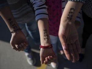 """I bimbi migranti """"marchiati"""" al confine tra Messico e Stati Uniti (Adria Malcolm)"""