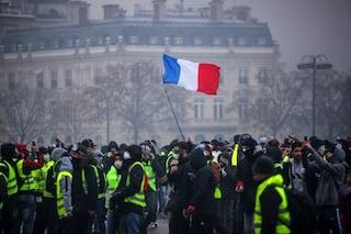 Gilet gialli, ancora proteste in Francia: assediano Parigi e bloccano la frontiera a Ventimiglia