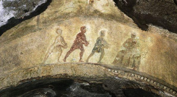L'Adorazione dei Magi raffigurata in una delle cripte delle catacombe di Priscilla, a Roma.