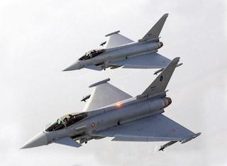 Allarme nei cieli italiani, intercettato aereo sospetto: scatta lo scramble, decollano Eurofighter