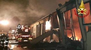 """Maxi incendio distrugge capannone di indumenti sportivi a Reggio Emilia: """"Danni ingenti"""""""