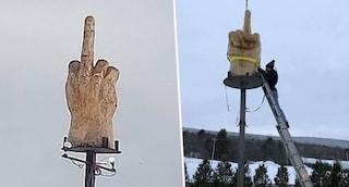 Per protestare contro il sindaco della sua città fa costruire la statua di un dito medio in casa