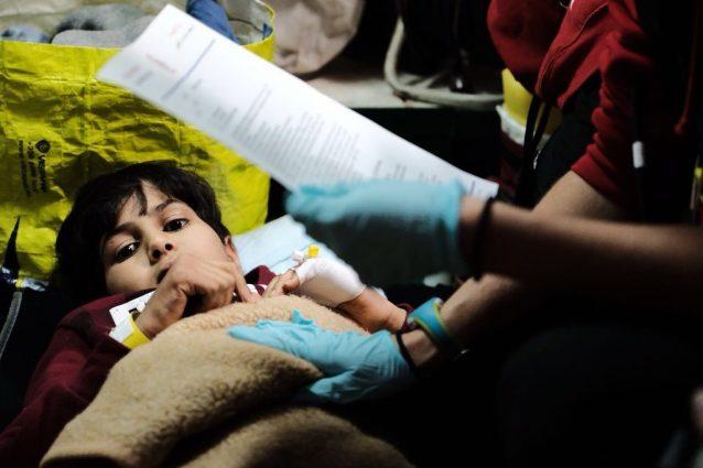 Le prime cure mediche ad Allah dopo il suo salvataggio al largo della Libia (Proactiva Open Arms)