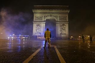 Gilet gialli in marcia su Parigi: domani chiuse Torre Eiffel e Louvre, blindati in strada