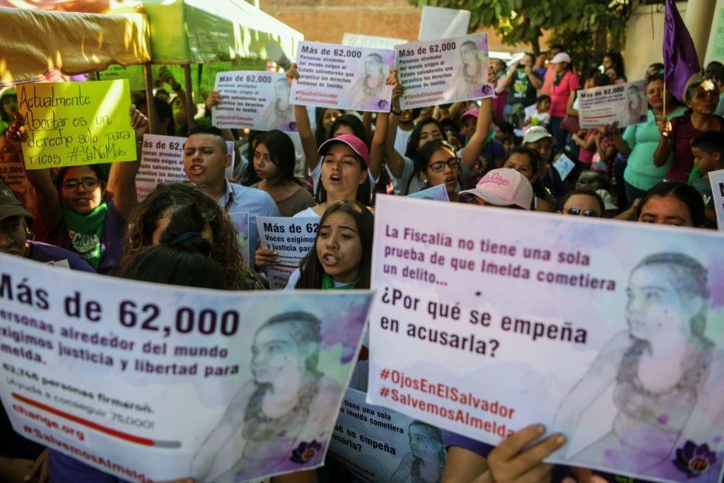 Una manifestazione a favore della liberazione di Imelda Cortez fuori dal tribunale (Gettyimages)