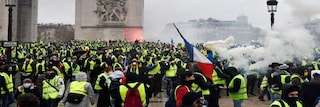 Protesta dei gilet gialli, automobilista morto ad Arles. Vertice d'urgenza all'Eliseo