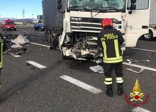 Drammatico scontro tra tir in A4 causa un morto, chilometri di coda in autostrada