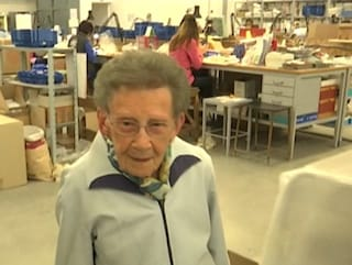 """Venezia, a 96 anni lavora ancora in fabbrica: """"A casa mi annoio, non so stare ferma"""""""