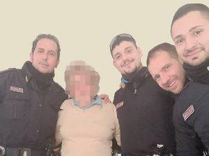 Parma, anziana sola a Natale chiama il 113: 4 agenti vanno a farle compagnia a casa
