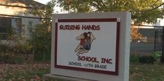 Trattenuto con la forza a scuola perché agitato, 13enne autistico muore in classe
