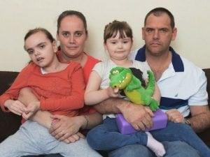 Adele e Craig Lake con le loro figlie Jasmin e Jade. Jasmine è morts all'età di nove anni nel 2015
