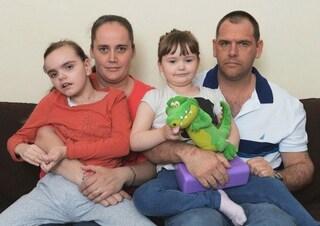 """Hanno già perso tre figli, la stessa malattia sta uccidendo anche Jade. Insultati: """"Sterilizzatevi"""""""