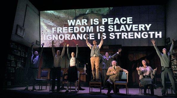 """""""1984"""" è stato portato anche a teatro: in questa foto, l'adattamento diretto da Robert Icke e Duncan Macmillan, in scena al Playhouse Theatre di Londra."""