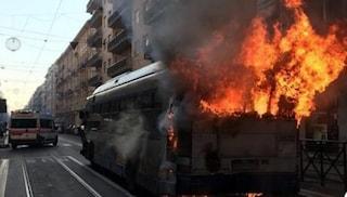 Torino, bus carico di passeggeri prende fuoco: autista salva tutti, ma resta intossicato