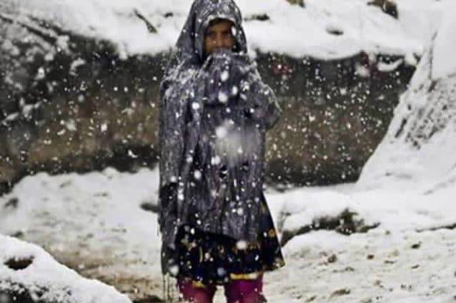 Bimba siriana in un campo profughi sommerso dalla neve