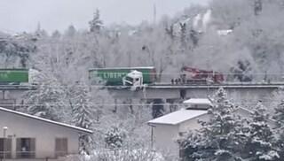Macerata, tir sfonda guardrail della statale e rimane in bilico sul viadotto