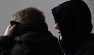 Sospettati di abusi, in 8 si suicidano per vergogna: sotto accusa i cacciatori di pedofili