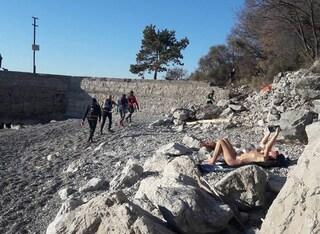 """Trieste, """"eroico"""" nudista prende il sole in mezzo ai runner a gennaio: la foto su Facebook"""