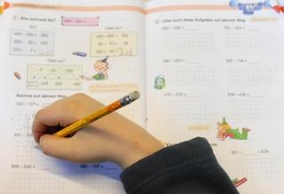 Torino, papà costringe il figlio di 8 anni a recitare ogni mattina le tabelline: a processo