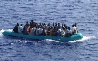 Migranti, Ocean Viking soccorre gommone nel Mediterraneo: salvati in 74, anche 6 minori