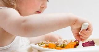 Non poteva usare la bocca per alimentarsi, bimba mangia per la prima volta a 3 anni
