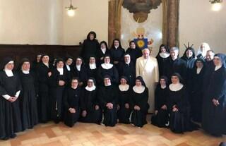 Sorpresa del Papa alle suore di clausura, si presenta in convento e pranza con loro