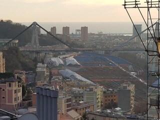 """Ponte Morandi, la denuncia dei cittadini: """"Sostanze blu nei terreni vicini alle nostre case"""""""