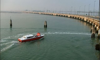 Venezia, donna si getta dal ponte della Libertà: salvata da un poliziotto