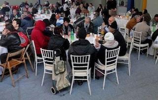 """""""Qualcosa di utile per le nostre nozze"""", coppia di giovani sposi offre pranzo a 82 senzatetto"""