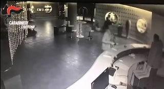 Crotone, mentre i naufraghi chiedevano aiuto gli scafisti erano andati in hotel: arrestati