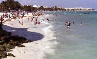 Sparatoria nel bar della spiaggia caraibica messicana, sette morti
