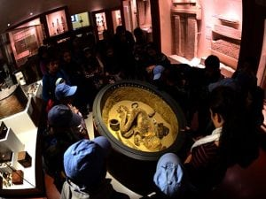 Gruppo di studenti visita il Museo Egizio di Torino (Getty).