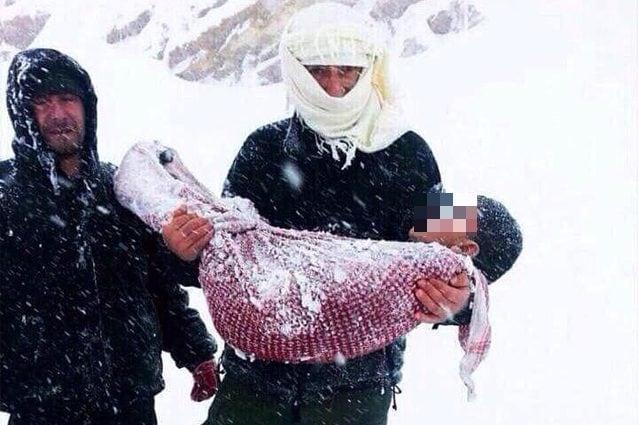 Il corpo senza vita di un bambino siriano morto dal freddo