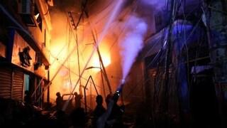 Devastante incendio a Dacca, 69 morti: automobilisti intrappolati nel traffico, bruciati vivi