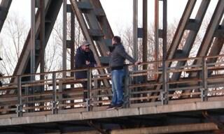 Rovigo, gridavano ad aspirante suicida di gettarsi dal ponte: rischiano denuncia