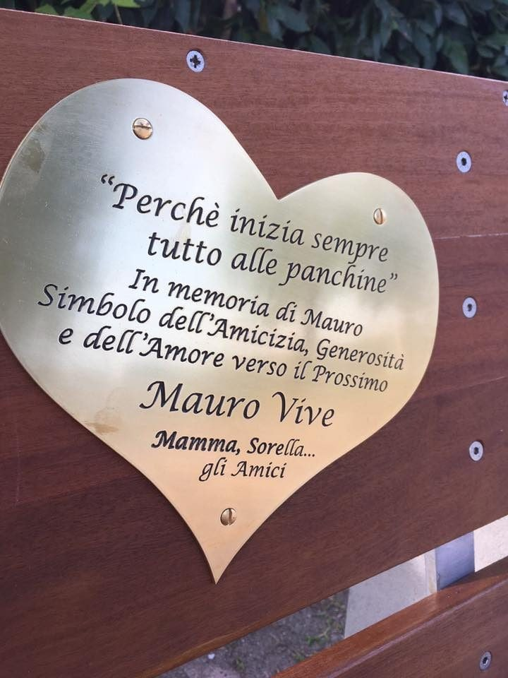 La targa sulla panchina in memoria di Mauro Cordeschi a Stabbia (Cerreto Guidi).