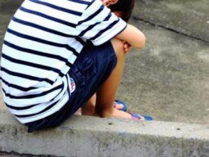 Risultati immagini per bimbo senza scarpe